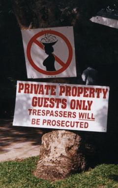 Document 3 : L'entrée d'un hôtel à St Lucia, ou la perpétuation du droit d'admission réservé.