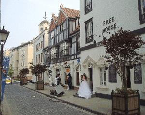 Abb.13: Straßenszene mit Hochzeitspaar in Taiwushi.