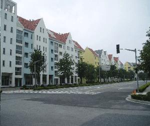 Abb.3: Wohngebäude mit gewerblichen Räumen im Parterre.