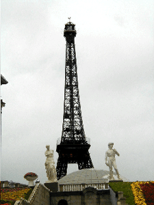 Fig. 22 : Hyperreal assemblage of Venus, David, and Eiffel Tower in Shenzhen.