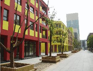 Abb.2: Dekorationslose Giebelfassaden an Wohngebäuden mit Gewerbeflächen im Parterre.
