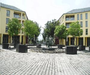 Abb. 10: Der Weimarplatz von Anting mit Kopie des Goethe- und Schiller-Denkmals.