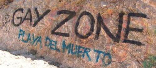 Graffiti sur le chemin de la plage gay de Sitges (Espagne). © 2006 Emmanuel Jaurand.