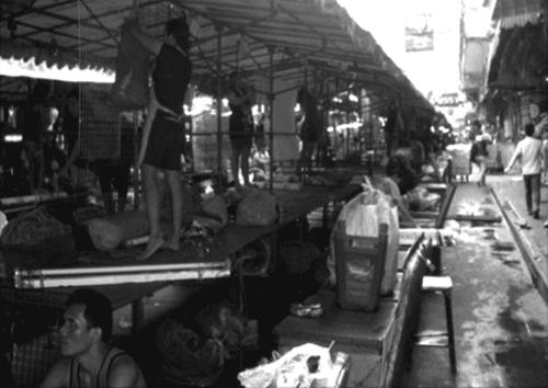 Mise en place quotidienne du Night Bazaar, 17h20, avril 2007.