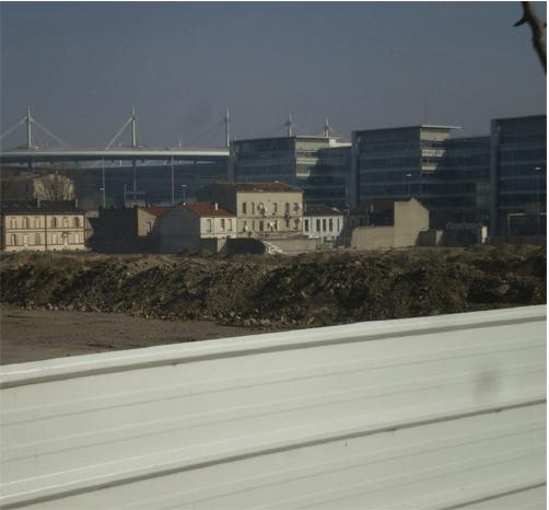 Le Stade de France vu de la rue Campra, où se trouvait l'un des grands bidonvilles de Saint-Denis. Au premier plan : les chantiers de la zac Landy-Pleyel. Cliché : Olivier Legros, février 2009.