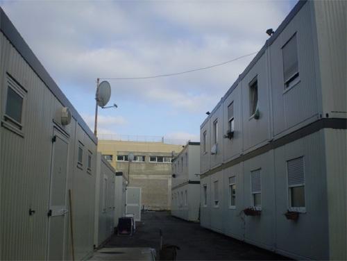 Les constructions modulaires du site d'hébergement et d'insertion de Bagnolet. Cliché : Olivier Legros, février 2009, avec l'autorisation de l'Alj 93.
