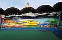 Pyongyang : tableau du festival Arirang représentant un train express Sinuiju-Pusan, de l'extrême Nord à l'extrême Sud coréen. Photo : Benjamin Joinau, 2008.