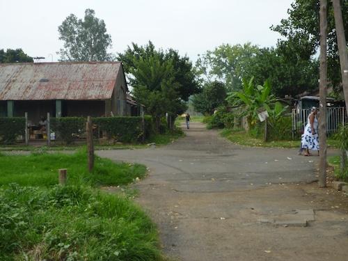 Figure 2. Une des rues de Comet. Sur la droite une des maisons originelles (Gervais-Lambony, 2011).