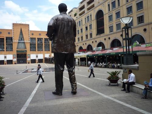 Figure 3. La statue de Nelson Mandela dominant le Nelson Mandela Square à Sandton (Gervais-Lambony, 2011)