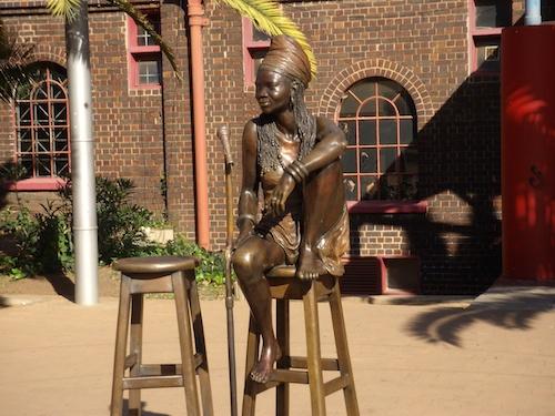 Figure 4. Brenda Fassie, vedette populaire de la chanson sud-africaine décédée en 2000. Ici, dans le quartier de Newtown à Johannesburg vous pouvez vous asseoir à ses côtés… (Gervais-Lambony, 2007).