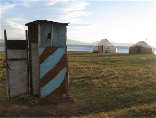 Cabinet de toilette, Campement de yourtes, Song Köl (Clarisse Bordier, 2007).
