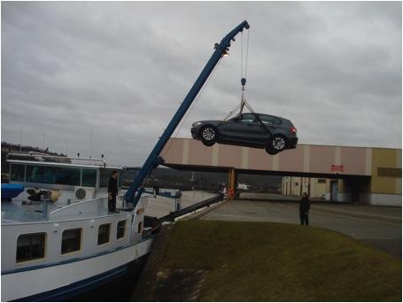 Photo 2 : Le débarquement de la voiture - port de Limay, C. PAUL, 2011.