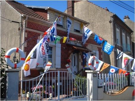 Photo 5 : Maison riveraine au canal latéral à l'Oise — Longueil-Annel (signes distinctifs : bouées, pavillons, ancre en haut à droite de la porte), C.PAUL, 2011.