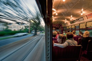 Photo 1 : Le tramway de La Nouvelle-Orléans (Louisiane/États-Unis) Traversée de quartier sur l'avenue St Charles. (Capt. By Don Chamblee 2011 – Nat. Geo. Cont., Boston Globe Picture, capt. 19 mars 2012).