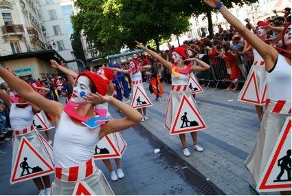 Photo 1 : La ville en chantier. Défilé de la Biennale de la danse 2006. Photographe : Stéphane Rambaud.