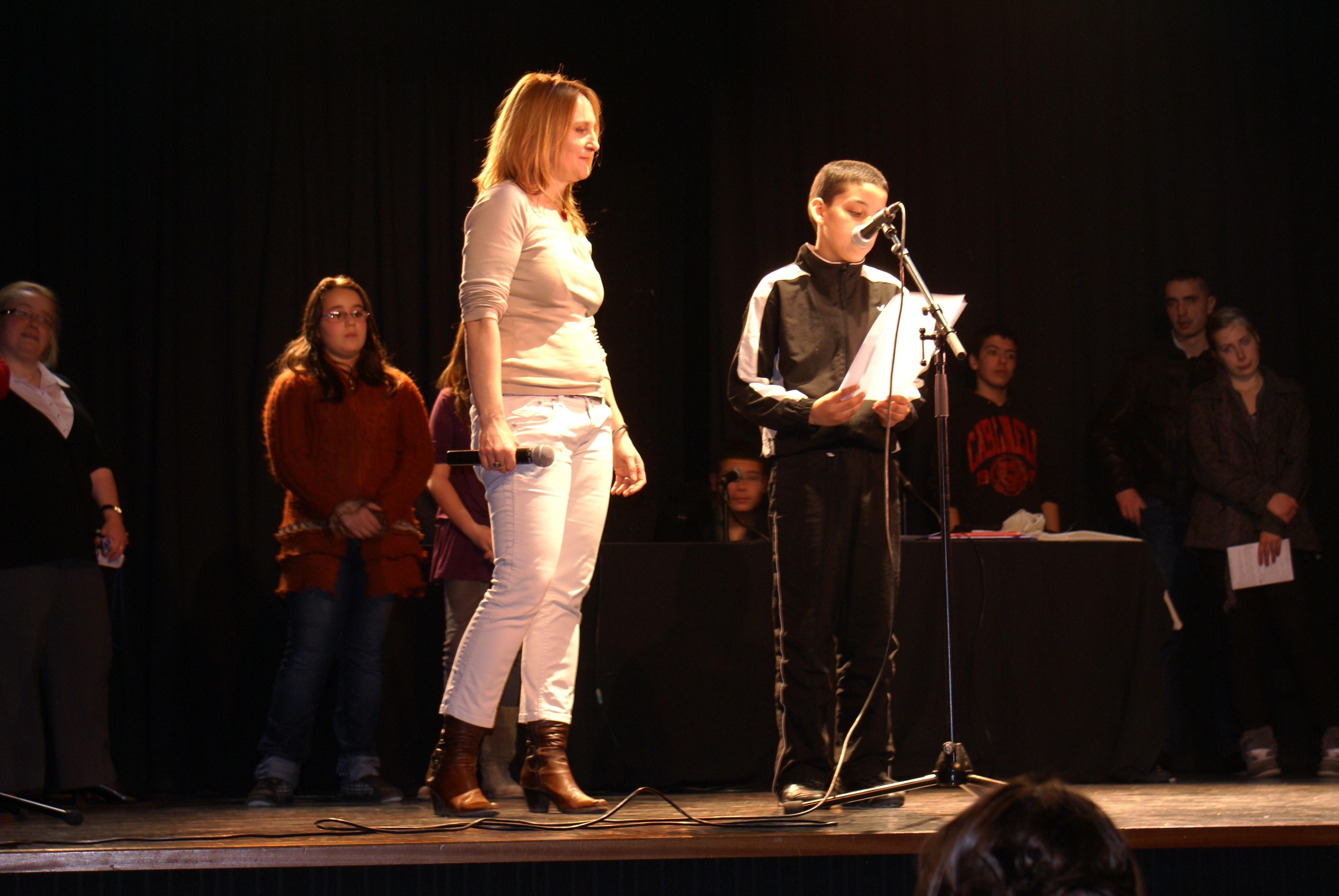 Photo 1 : (DR Ramdam Slam) Eva DT, slammeuse (ici à la Journée Internationale des Droits des Femmes, le 5 mars 2011), a fondé l'association « Ramdam Slam » à Mantes-la-Jolie. Outre ses propres performances, elle a mis en place des ateliers de slam ouverts à tous, quel que soit « le niveau, l'origine, l'âge, le sexe », affirme-t-elle (entretien personnel avec RM). Selon elle, le slam permet de donner la parole aux « sans voix ».