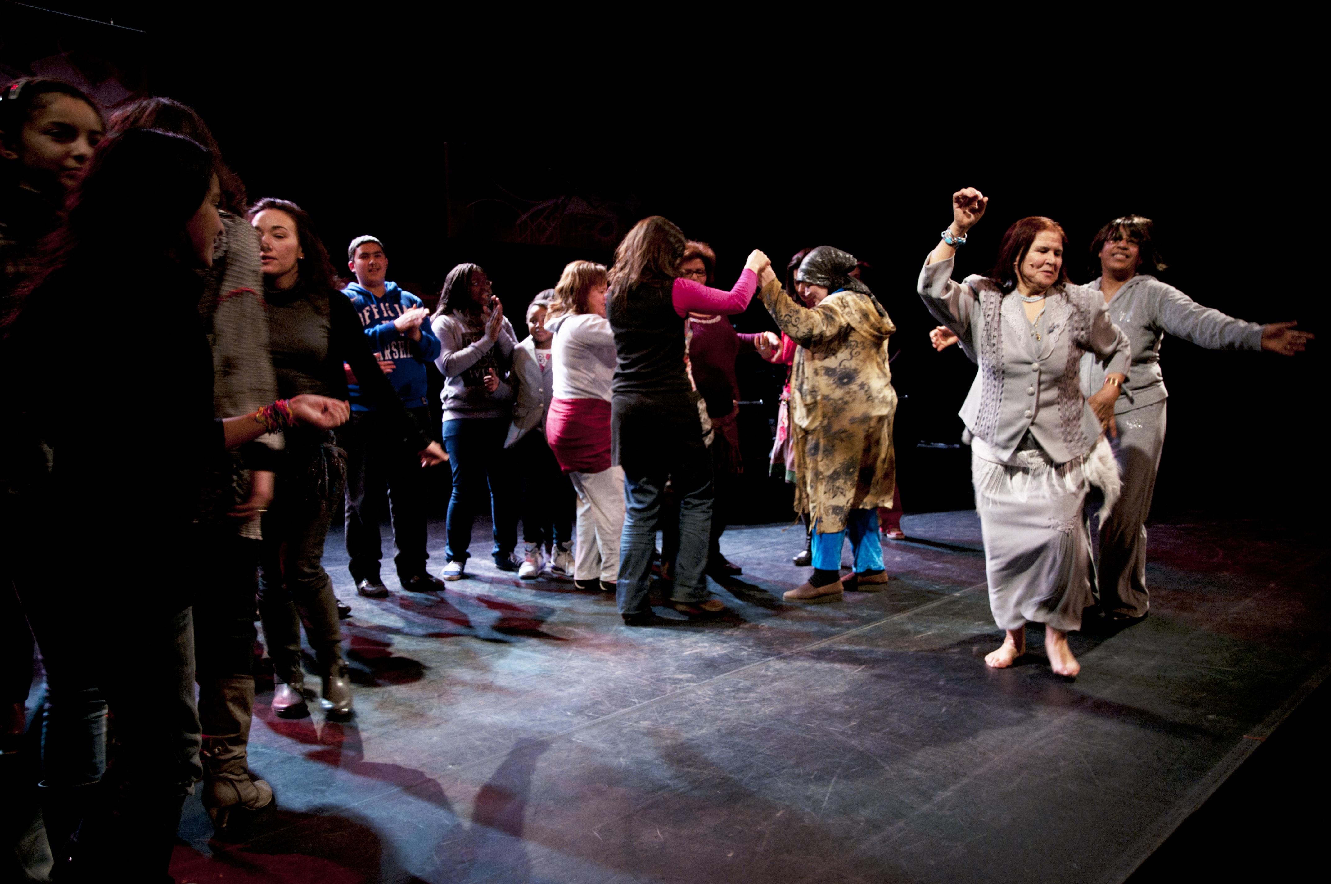 Photo 2 : (DR Tata Milouda) Spectacle de Tata Milouda : « Vive la liberté ». Milouda Chaqiq, femme sexagénaire marocaine d'origine rurale et modeste ayant débarqué en région parisienne à la fin des années 1980, joue, danse et chante les anecdotes de sa vie, des plus comiques aux plus tragiques. Elle évoque dans son slam les thèmes de l'alphabétisation, des femmes battues, de la soif d'apprendre ou de l'interdiction de danser dans son enfance.
