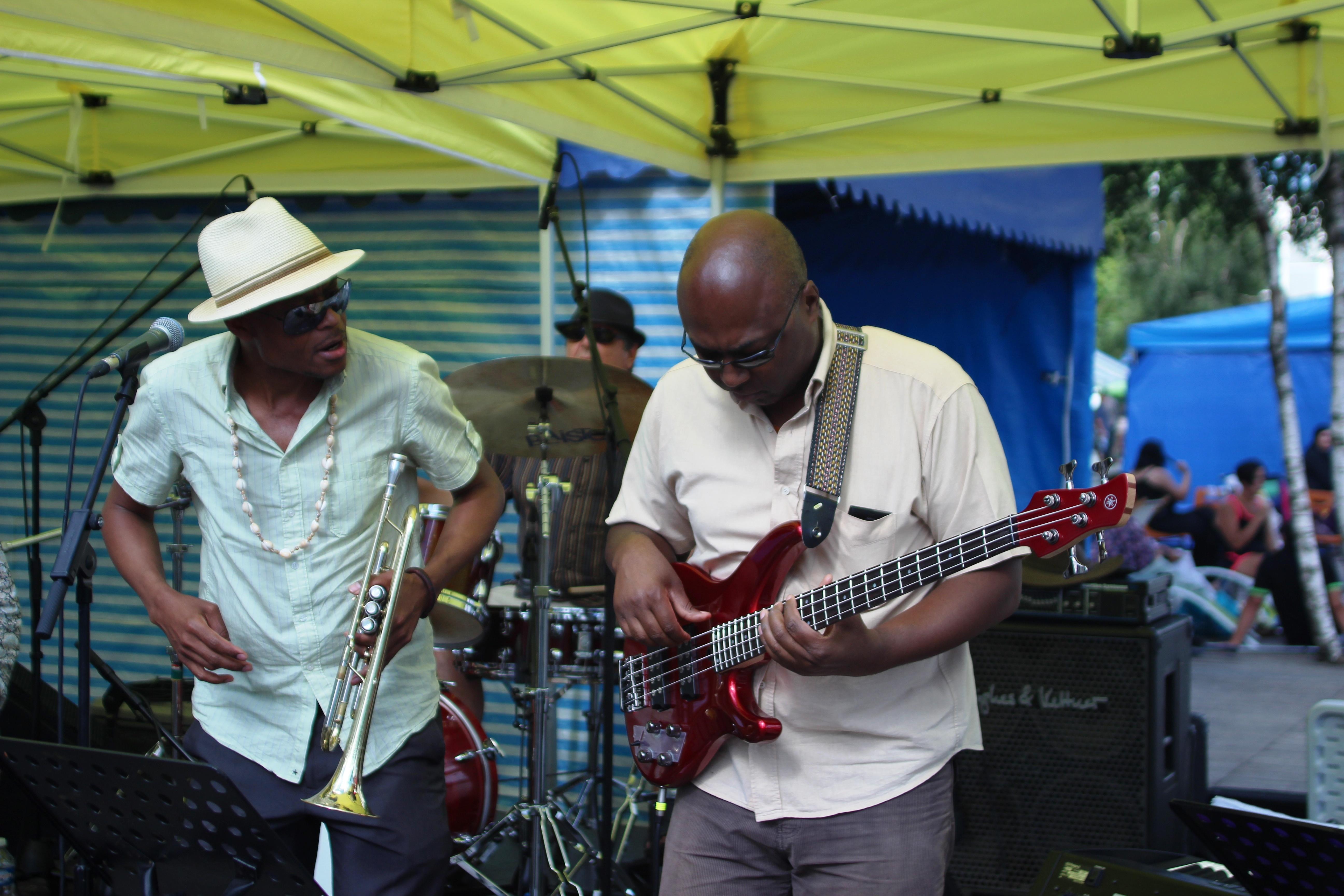 Photo 3 : (DR Prosper Nya) Prosper Nya, afro-slammeur. Trompettiste, saxophoniste et chanteur d'origine camerounaise, Propser Nya vit et travaille en France. Il a mis en mots les difficultés de la vie du sans-papier dans une chanson qui fut sélectionnée par la radio FIP, intitulée « Mamadou » : « Arrête de regarder ton nombril garçon, il a été très très mal coupé. Regarde un peu autour de toi, il y a du ménage à faire. Le débat sur l'identité nationale est ouvert, la cacophonie s'installe autour de la burka et ça pue du caca ».