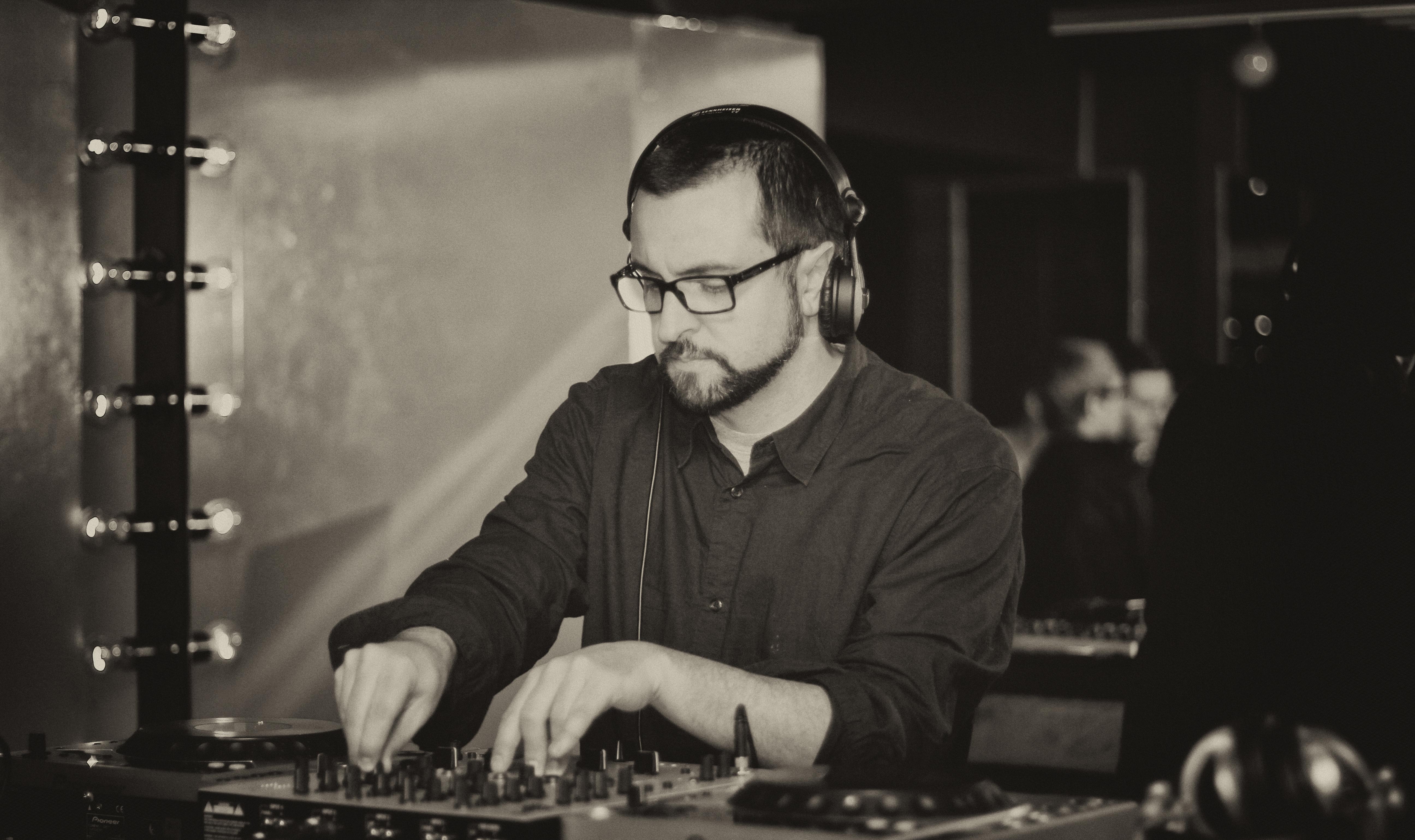 Photo 4 : (DR Samuel Rouanet) Samuel Rouanet, alias Reynold (ici en photo à Saint-Pétersbourg, août 2013), est né en 1972. Fils d'un pianiste de jazz, après des études au conservatoire de Toulouse, il est guitariste dans plusieurs formations post-rock (notamment à Chicago où il a vécu quelques temps), avant de devenir DJ et producteur de musiques électroniques. Il vit et travaille désormais à Berlin, où il a fondé le label de musique electro minimale Trenton.