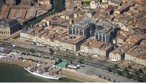 Image 2 : La Cité mondiale du vin, quai des Chartrons, accueille le commissariat de la série Section de recherches de TF1. Capture d'écran effectuée en janvier 2012.