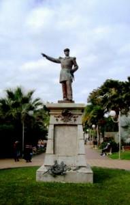 Photo 2 : La statue d'Olry sans la stèle. Eddy Banaré, Nouméa, novembre 2008.