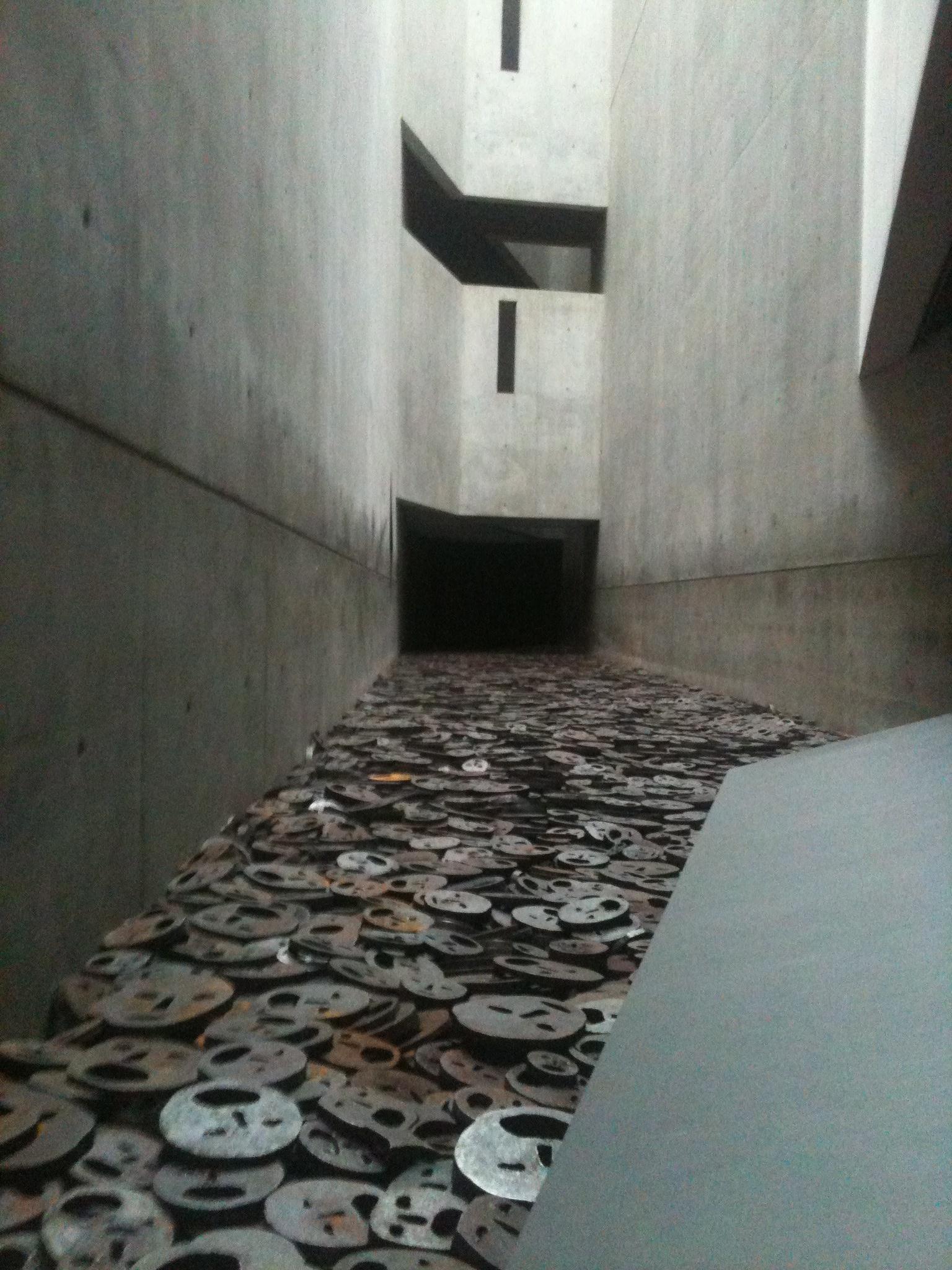 Image 4 : Installation de Menasche Kadischman dans « Le Vide de la Mémoire ». Source : Dominique Chevalier, février 2012.