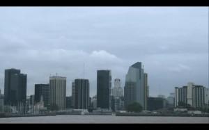 Image 3 : Photogramme tiré d'Urbanité/s Urbanity/ies (17'17''). « Quand on explore les villes, on éprouve parfois un orgasme zénithal » (Lévy 2013).
