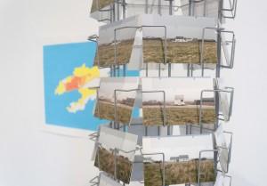 Illustrations 13 et 14 : Carole Cicciu, « Ouessant 1/8263, 2014 », sérigraphie sur papier, tirage unique, 120x80cm, Isola 2014, cartes postales et présentoir, dimensions variables.