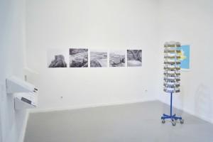 Illustrations 4 et 5 : © Caroline Cieslik, « Ouessant - géo/photo graphie d'une île : vues d'expositions », galerie Les Loges, EESAB-Rennes.