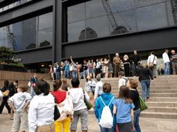 Figure 1 : Visiteurs scrutant le ciel de Ground Zero et photographiant le vide laissé par les tours disparues depuis l'esplanade du Millenium Hotel, juin 2009. Source : © Gérôme Truc.
