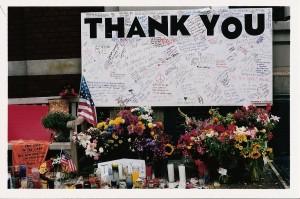 Illustration 5 : Panneau de remerciement devant une caserne de pompiers, New York (2001). Source : Béatrice Fraenkel.