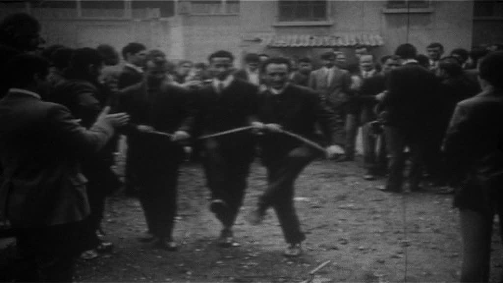 Figure 3 : « ...des grévistes immigrés dansent en costume... ». Source : Les hommes debout, Jérémy Gravayat, 2010.