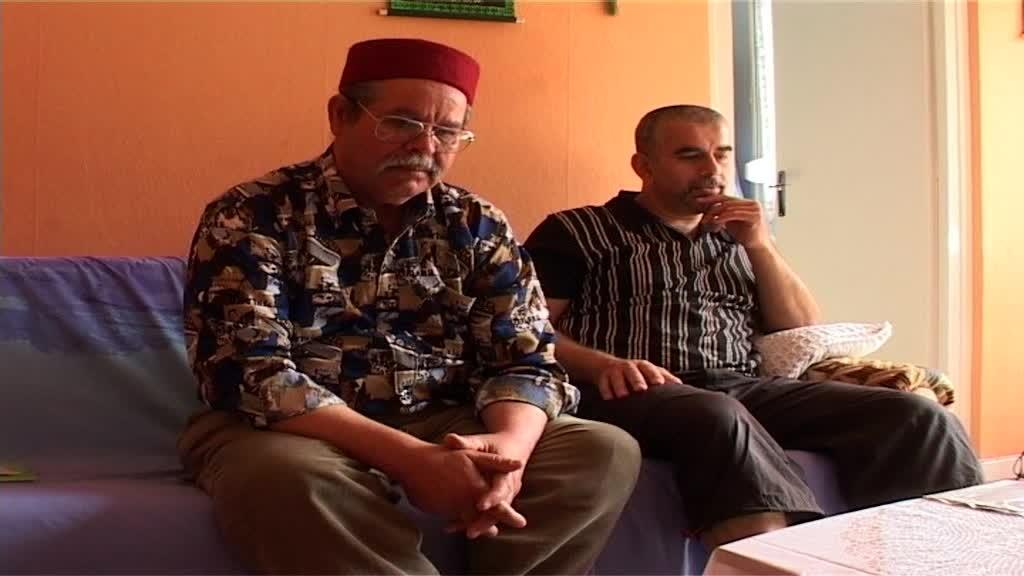 Figure 5 : « …le père et le fils, assis côte à côte écoutent... » Source : Les hommes debout, Jérémy Gravayat, 2010.