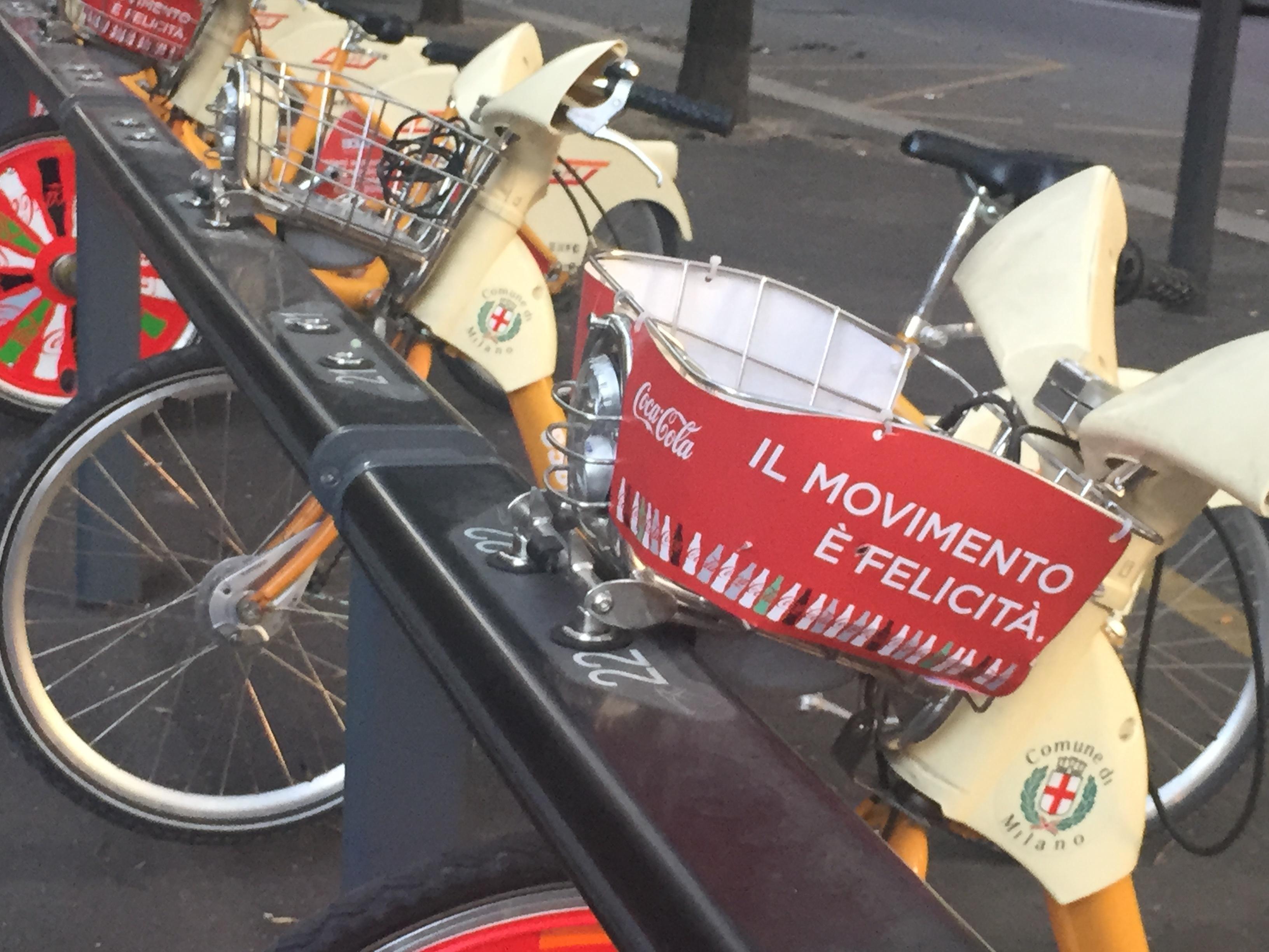 Image 3 : Le bonheur dans le mouvement : vélo, Milan, Coca Cola. Source : Jacques Lévy.