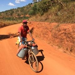 Image 1: Laitier descendant des collines malgaches. Source:Christian Bouquet.