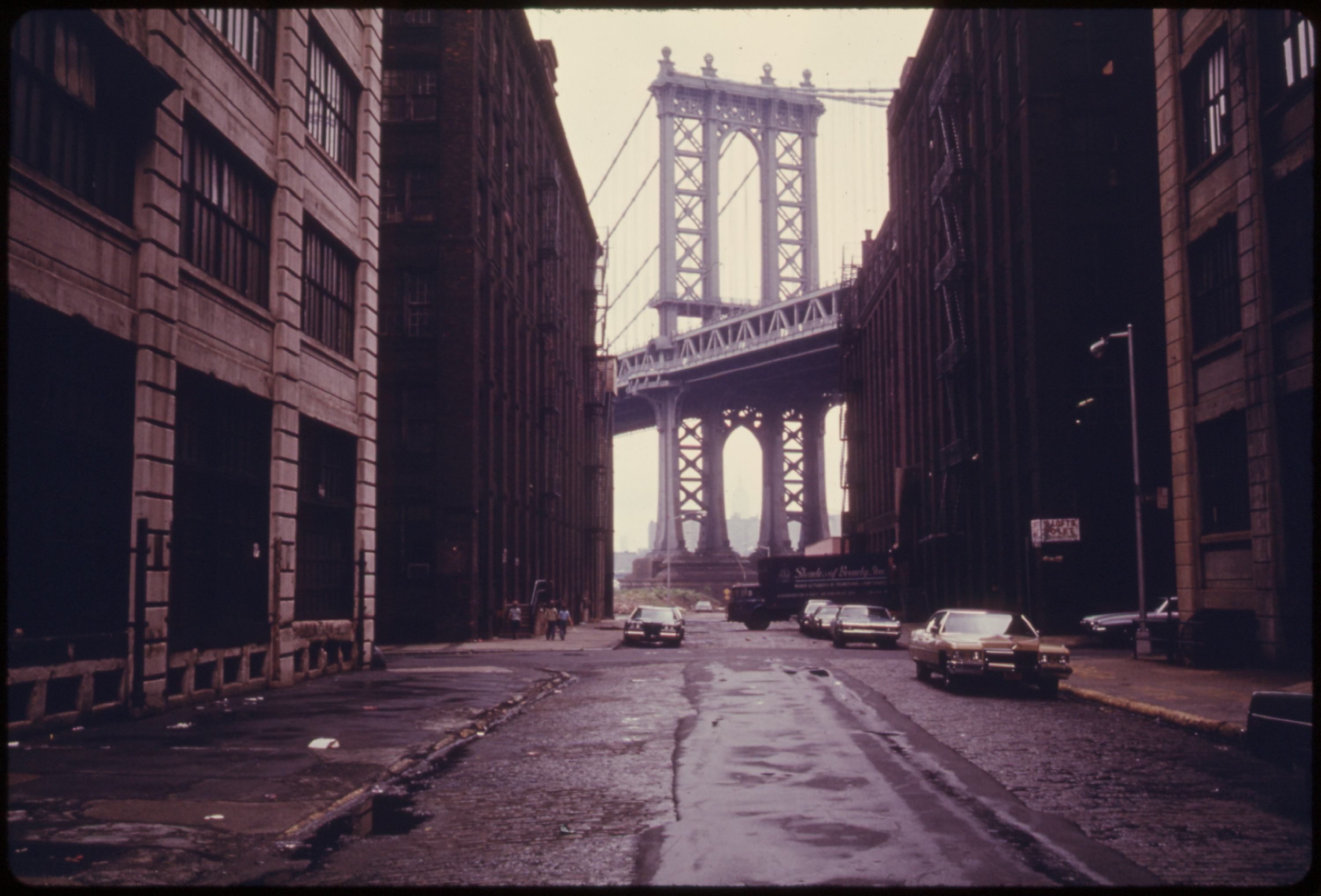 Illustration : Danny Lyon, « Manhattan Bridge Tower in Brooklyn, New York City, Framed through Nearby Buildings », 1974, U.S. National Archives.